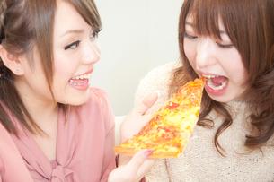 ピザを食べさせる女性の写真素材 [FYI02001336]