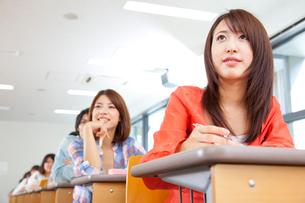 講義を受ける大学生の写真素材 [FYI02001350]