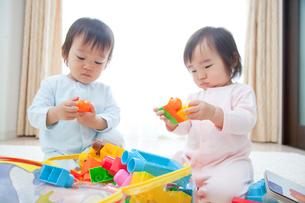 玩具で遊ぶ男の子と女の子の写真素材 [FYI02001383]