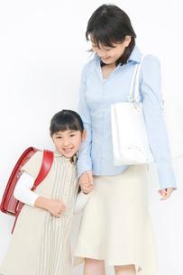 母親に寄り添う娘の写真素材 [FYI02001407]