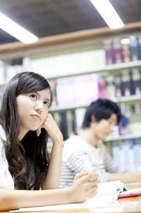 図書館で勉強する女子大学生の写真素材 [FYI02001408]