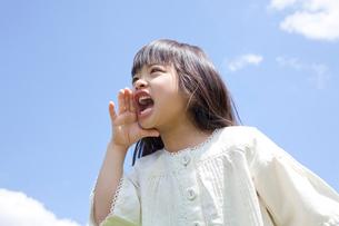 遠くに向かって叫ぶ女の子の写真素材 [FYI02001411]