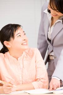 塾講師に教わる女子中学生の写真素材 [FYI02001419]