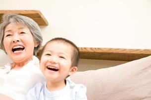 笑顔の孫息子と祖母の写真素材 [FYI02001508]