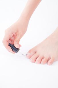 足にネイルを塗る女性の手元の写真素材 [FYI02001512]