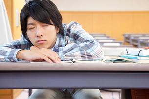 居眠りする男子大学生の写真素材 [FYI02001537]