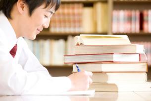 図書室で勉強する男子中学生の写真素材 [FYI02001597]