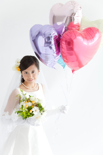 風船を持って微笑む新婦の写真素材 [FYI02001607]