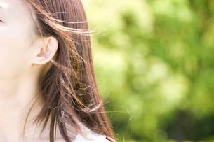 女性の耳元の写真素材 [FYI02001713]