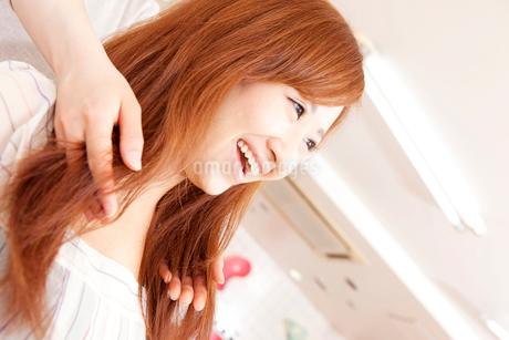 美容師に髪のカウンセリングを受ける女性の写真素材 [FYI02001748]
