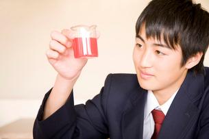 理科の実験をする男子中学生の写真素材 [FYI02001753]