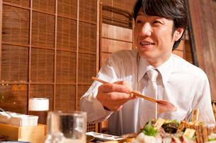 料理を食べるビジネスマンの写真素材 [FYI02001791]