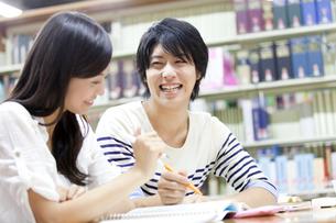 図書館で勉強する大学生の写真素材 [FYI02001814]