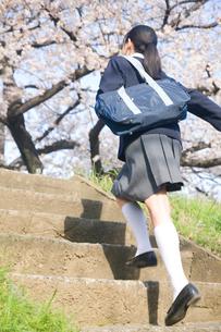 階段を上る女子中学生の写真素材 [FYI02001821]