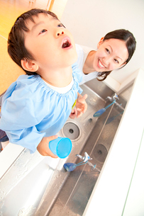 うがいをする幼稚園児と幼稚園教諭の写真素材 [FYI02001829]