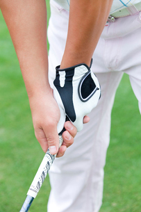 ゴルフクラブを握る男性の手元の写真素材 [FYI02001835]