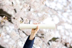 卒業証書を持つ女子中学生の手元の写真素材 [FYI02001849]
