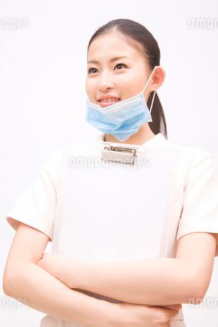 バインダーを持って微笑む歯科衛生士の写真素材 [FYI02001896]