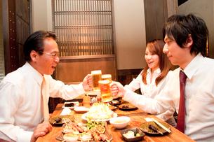 ビールで乾杯するビジネスマン達の写真素材 [FYI02001901]