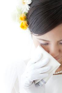 涙を拭く新婦の写真素材 [FYI02001920]