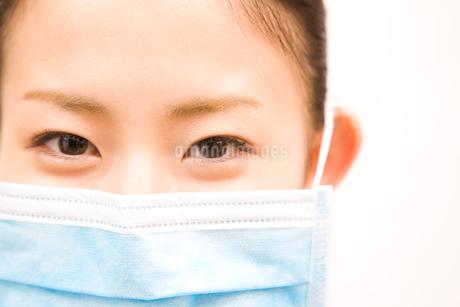 マスクをした女性の写真素材 [FYI02001967]