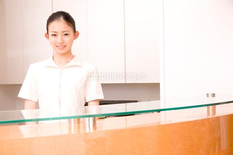 受付に立つ歯科衛生士の写真素材 [FYI02002016]