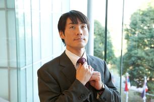 ネクタイを締めるビジネスマンの写真素材 [FYI02002020]
