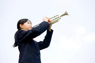 トランペットを吹く女子中学生の写真素材 [FYI02002050]