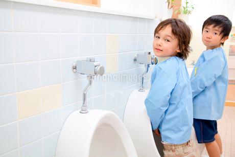 小便をする幼稚園男児2人の写真素材 [FYI02002052]