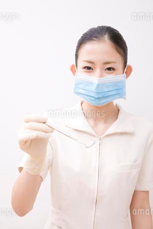口腔鏡を持った歯科衛生士の写真素材 [FYI02002108]