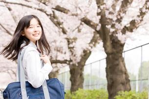 通学中振り返る女子中学生の写真素材 [FYI02002123]