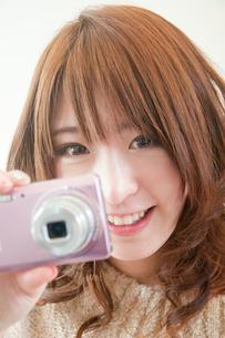 デジカメを持つ女性の写真素材 [FYI02002132]