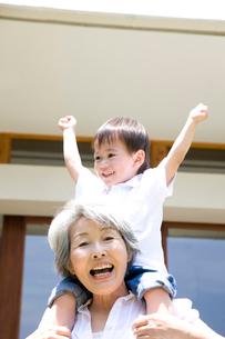 孫息子を肩車する祖母の写真素材 [FYI02002162]