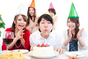 誕生日パーティーをする男女の写真素材 [FYI02002171]