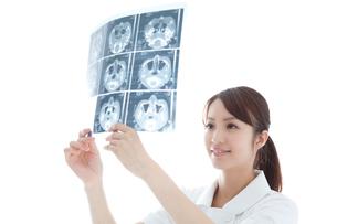 レントゲン写真を見る看護師の写真素材 [FYI02002176]