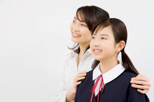笑顔の女子中学生と塾講師の写真素材 [FYI02002247]