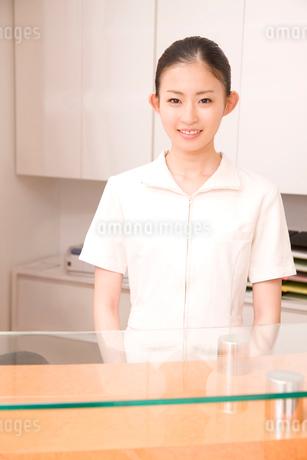受付に立つ歯科衛生士の写真素材 [FYI02002281]