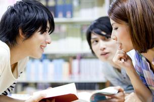 図書館で勉強する大学生の写真素材 [FYI02002331]
