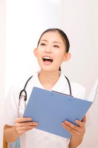 患者を呼ぶ笑顔の女性看護師の写真素材 [FYI02002346]