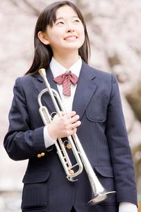 トランペットを持つ女子中学生の写真素材 [FYI02002368]