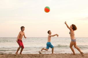 ビーチボールで遊ぶ男女の写真素材 [FYI02002399]