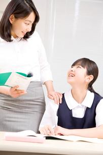 生徒に話しかける塾講師の写真素材 [FYI02002469]