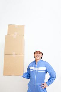 片手で荷物を持つ引越し業者の写真素材 [FYI02002475]