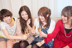 シャンパンで乾杯をする女性4人の写真素材 [FYI02002529]