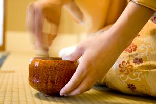 お茶をたてる女性の手元の写真素材 [FYI02002668]