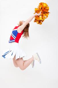ジャンプするチアガールの写真素材 [FYI02002671]