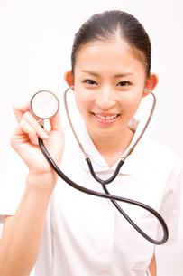 聴診器を持った看護師の写真素材 [FYI02002731]