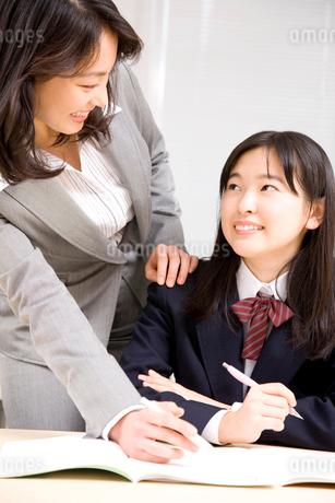 勉強を教わる女子中学生の写真素材 [FYI02002774]