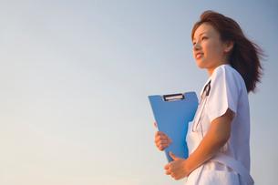 遠くを見つめる看護師の写真素材 [FYI02002860]