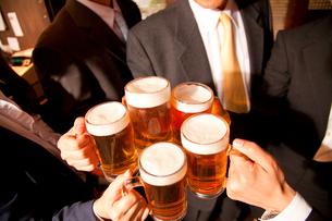 ビールで乾杯するビジネスマン達の手元の写真素材 [FYI02002880]